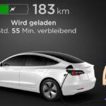 Tesla Model 3 wird geladen und die Reichweite angezeigt