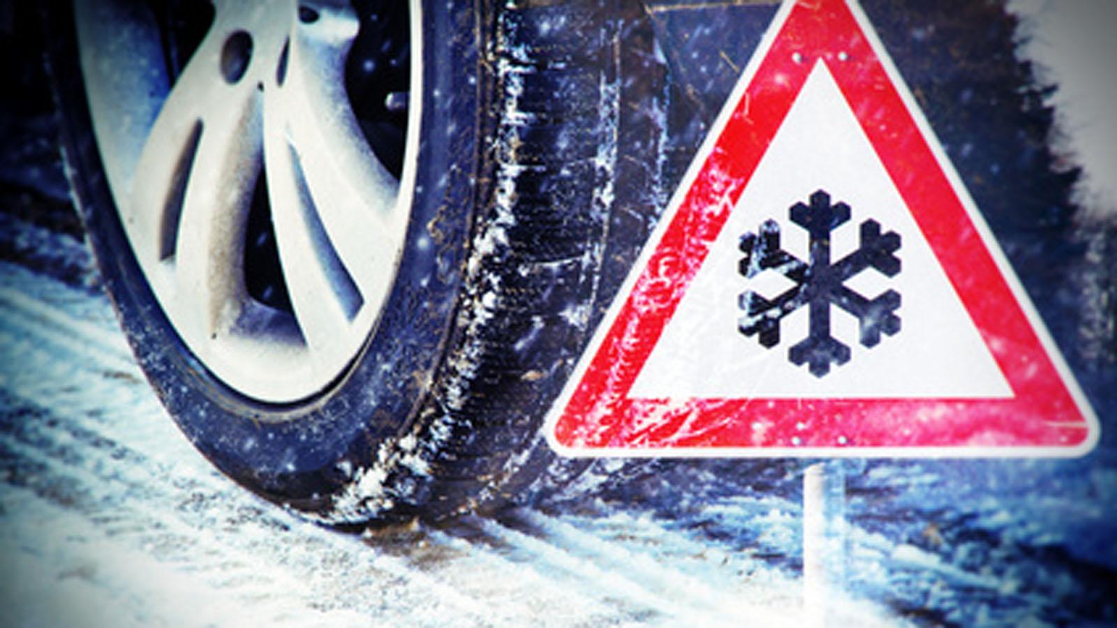 Winterreifen eines Mietwagens auf schneeglatter Fahrbahn