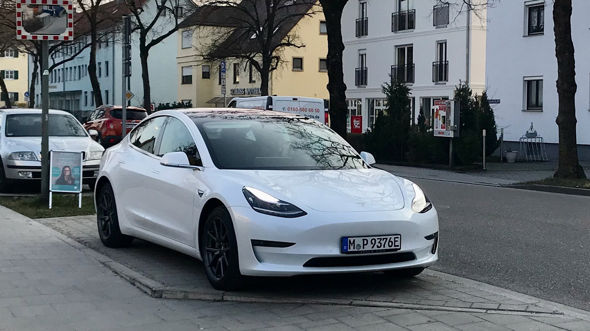 Tesla Model 3 in weiß
